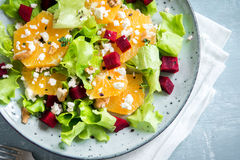 Betterave et salade d'oranges avec du feta Image libre de droits