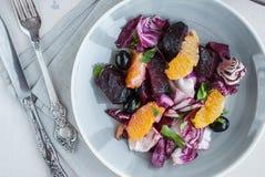 Betterave, orange, radicchio, salade d'olives Plan rapproché Photo libre de droits