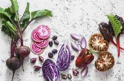 Betteraves, chou rouge, tomates, haricots, poivrons, oignons, bette à cardes sur un fond clair, vue supérieure Fond de légumes de Photographie stock