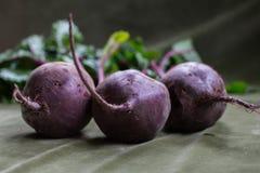 Betteraves fraîches avec des feuilles Photo stock