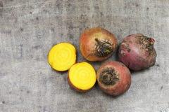 Betteraves jaunes récemment récoltées et deux moitiés Image libre de droits