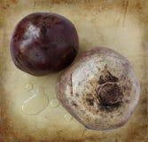 Betteraves organiques sur un vieux hachoir en pierre rustique Photos libres de droits