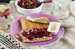 Betteraves râpées avec du fromage de basilic et de chèvre sur le pain grillé Photo libre de droits