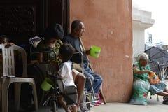 Bettler auf Rollstuhl neben dem Blinder, der Mobiltelefon am Kirchentür-Torportal verwendet Lizenzfreies Stockfoto