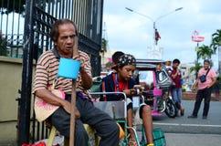 Bettler auf Rollstuhl unter Verwendung des Mobiltelefons Lizenzfreie Stockfotografie