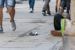 Bettler, der in einer Fußgängerzone, Deutschland sitzt stockfotos