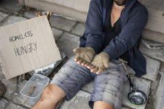 Bettler in der Straße lizenzfreie stockfotos