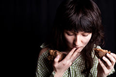 Bettlerfrau, die Brot isst Stockbilder