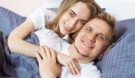 Bettschlafzimmer des Porträt-glücklichen Paars morgens, glückliche Familie, gesundes Schlafkonzept stockfotos