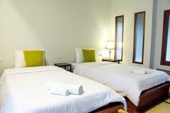 Bettschlafzimmer und -lampe Stockfotografie