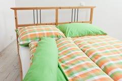Bettwäsche in den orange, grünen und weißen Farben Stockfotos