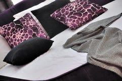 Bettwäsche mit purpurrotem Kissen Lizenzfreie Stockfotos