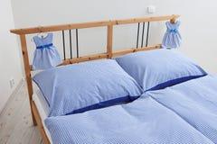 Bettwäsche in Rotem und in weißem Stockfotografie