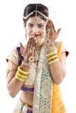 Beuatiful印地安新娘用Mehendi手或无刺指甲花 免版税图库摄影