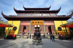 Beuatiful arkitektur i den forntida buddistiska templet, Lingyin vikarie royaltyfri foto