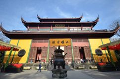 Beuatiful arkitektur i den forntida buddistiska templet, Lingyin vikarie royaltyfria foton