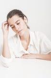 Beuatiful caucasian młoda kobieta na białym główkowaniu Zdjęcia Stock