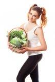 Beuatiful odchudza dziewczyny mienia kosz świezi surowi zieleni warzywa na białym tle Zdjęcia Royalty Free