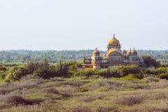 Beuatiful pałac z ładnym widokiem w lesie Fotografia Royalty Free