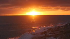 Beuatiful-Sonnenuntergang auf dem Meer stock video