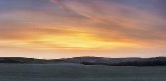 Beuatiful stort panoramalandskap av susnet över bygd royaltyfri foto