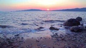 Beuatiful vågor av medelhavet under solnedgång nära hisaronu, marmaris stock video