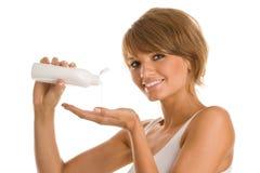 Beuatyvrouw met lichaamslotion stock afbeeldingen