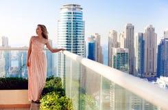 Beuautiful-Frau und Dubai-Jachthafenansicht Lizenzfreie Stockfotografie