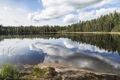 Beuautiful jeziora krajobraz w bezwietrznym letnim dniu Zdjęcie Royalty Free