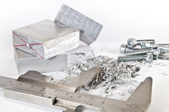 Beugel met aluminium, knipsels en schroeven Stock Afbeelding