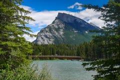 Beugen Sie den Fluss, der um und durch Banff mit Berg Norquay herein läuft Stockfotos