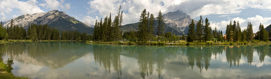 Beugen Sie Fluss am Banff-Stadtzentrum, Alberta, Kanada Stockbilder