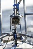 Beugen Sie Kanzel mit Kranbalkensegelrolle und Seil auf einem kleinen Segelboot Lizenzfreies Stockfoto