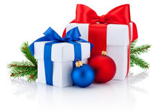 Beugen zwei Kästen gebundenes Band, die Kiefernniederlassung und Weihnachtsbälle, die lokalisiert werden Stockfotos