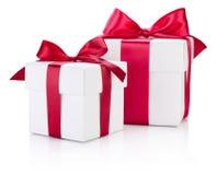 Beugen zwei weiße Geschenkboxen gebundenes Burgunder-Band auf Weiß Stockbild