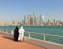 Beundra den Dubai marina Arkivbild
