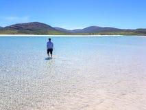 Beundra sikten av stillsamt vatten arkivbilder