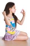 beundrar flickan sig själv little spegel arkivbilder