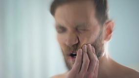 Beunruhigender Mann der scharfen Zahnschmerzen, Zahnkaries, Zahnfleischentzündung, verwischte Effekt stock video