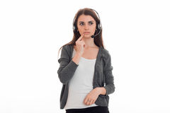 Beunruhigendes junges Mädchen blickt in Richtung der Stellung mit Kopfhörern Stockbilder