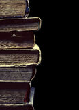 Beunruhigte alte Bücher im Stapel Stockfotos