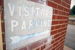 Beunruhigte Besucher, die Zeichen auf einer alten Backsteinmauer parken stockfotografie