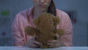 Beunruhigte Dame, die Teddybären, Verfehlungsgegangenes Kind und Leidenkrise hält stock footage