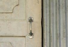 Beunruhigte hölzerne Tür der rustikalen Scheune mit Griff Stockbild