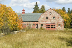 Beunruhigte rote Scheune im Herbst, Acadia-Nationalpark, Maine Lizenzfreies Stockbild