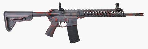 Beunruhigtes Grau AR15 mit roter Basis und Kontrollen mit einem 30. Mag Stockfoto