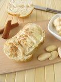 Beurre avec de la cannelle et des amandes Images libres de droits