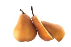 Beurre Bosc päron som skivas i halvor Fotografering för Bildbyråer