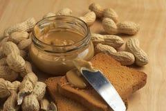 Beurre d'arachide avec des biscottes Images libres de droits