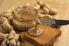 Beurre d'arachide avec des biscottes Photo stock